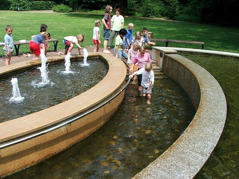Kinder am Kneipp Brunnen